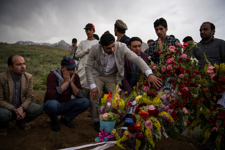 Hozzátartozók az AFP bombamerényletben elhúnyt fotósának Shahi Marai temetésén Kabul közelébenFotó: Andrew Quilty / AFP