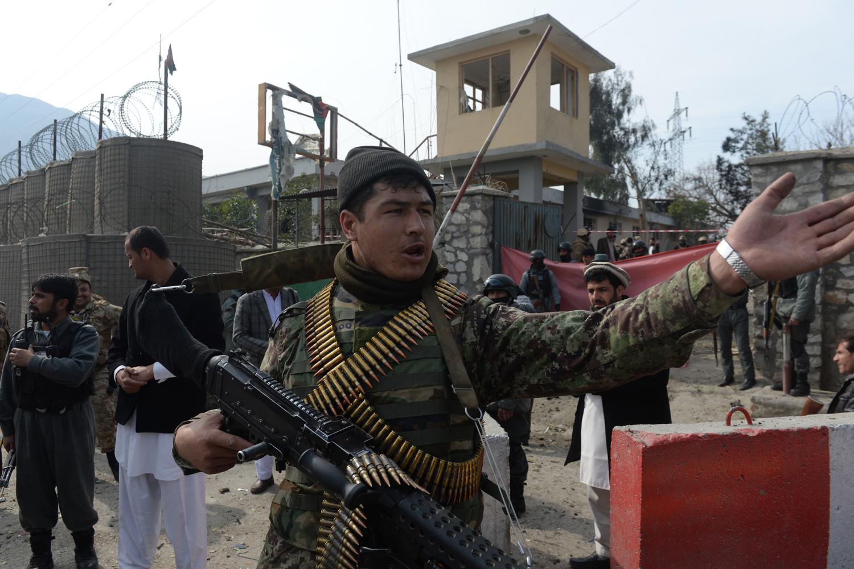 Az afgán védelmi erők egyik tagja irányítja a forgalmat egy kabuli merénylet után 2014 februárjában Fotó: Shah marai / AFP