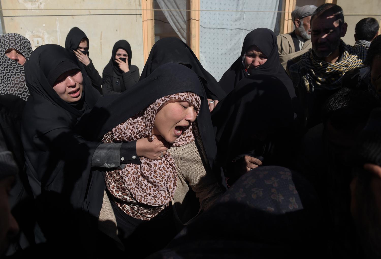 Rokonok Saeed Jawad Hossini temetésén. Hossini-t 29 évesen ölték meg egy öngyilkos merényletben a a TOLO TV-csatorna székházánál KabulbanFotó: Shah Marai / AFP