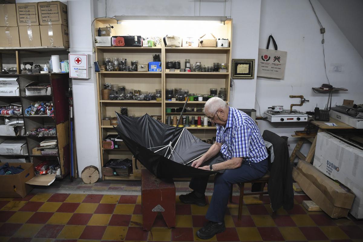 A 87 éves Elias Fernandez esernyő javító Buenos Airesben. 1955 óta ezzel foglalkozik Fotó: Eitan Abramovich / AFP