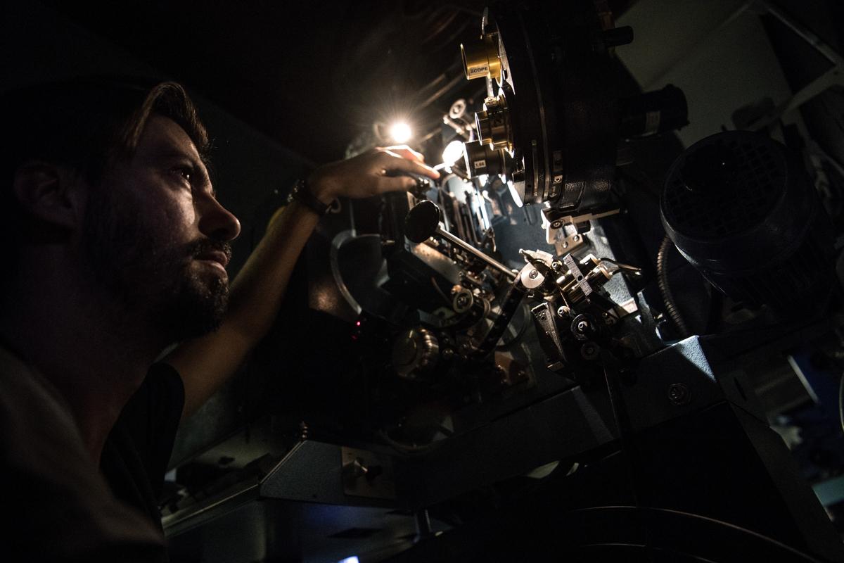 Benjamin Luis mozigépész egy régi 35mm-es vetitővel Párizs Louxor nevű mozijábanFotó: Christophe Archambault