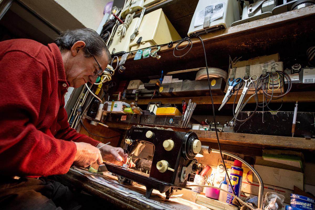 Andrej Nikolic belgrádi varrógép és írógép javító. Közel 40 éve foglalkozik ezzel, de egyre kevesebben keresik javítási feladatokkalFotó: Andrej Isakovic / AFP