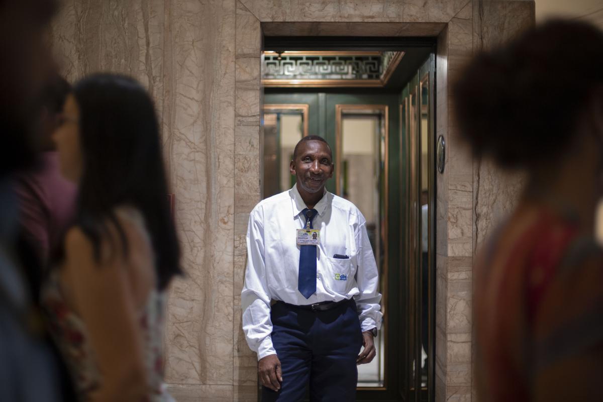 Dilson Lopes Santana felvonókezelő a Bio De Janeiroban találthat CCBB irodaházban. 25 éve szállítja a turistákat  és a toronyházban dolgozókat. Munkája mellett amatőr maraton futóFotó: Mauro Pimentel / AFP