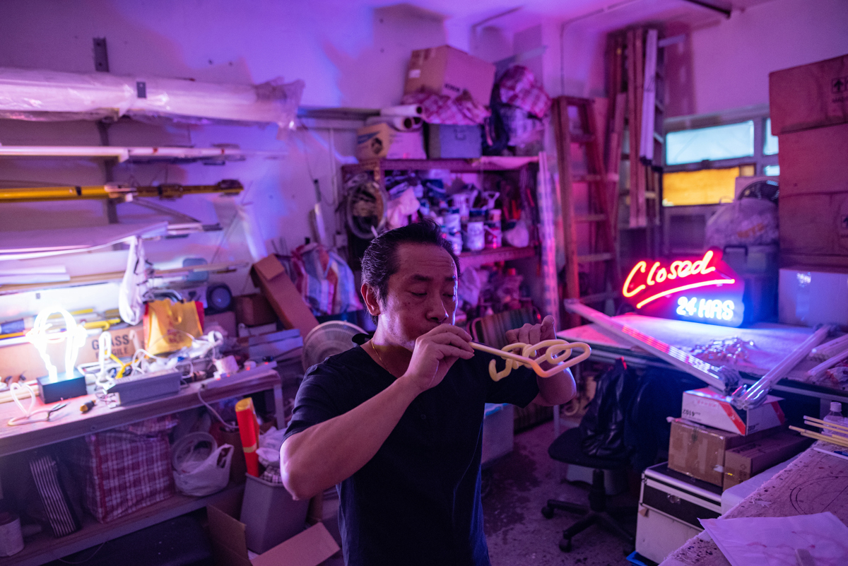 Wu Chi-Kai neon reklám készítő Hong Kong-ban, azon kevesek közé tartozik aki kézi úton üveg fújással készíti a neon feliratokatFotó: Philip Fong / AFP