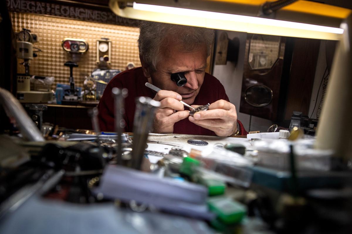 Dragan Dragas 70 éves óra javító. Dragan apjától tanulta a szakmát, boltjukat 1956-ban nyitották BelgrádbanFotó: Andrej Isakovic / AFP