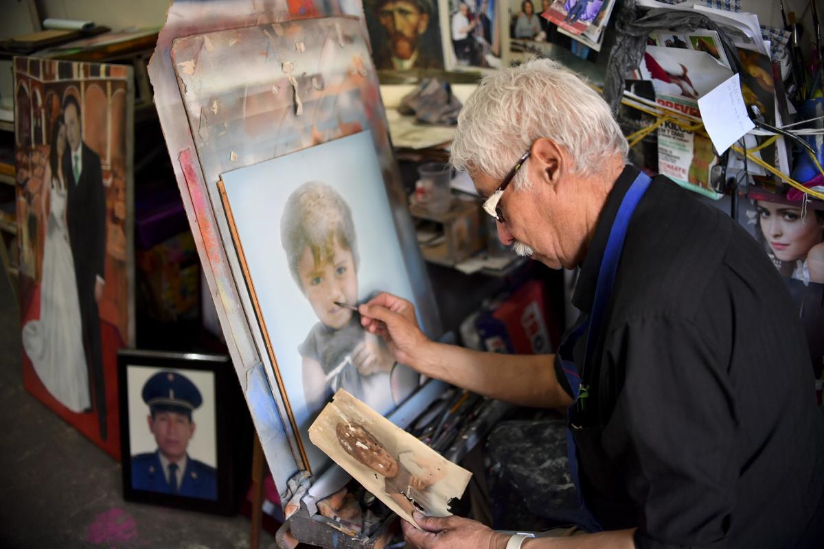 Alejandro Casas mexikói festmény retusőr dolgozik műhelyében. Casas egyike a 4 még Mexikó városban mükődő retusőrnekFotó: Yuri Cortez / AFP
