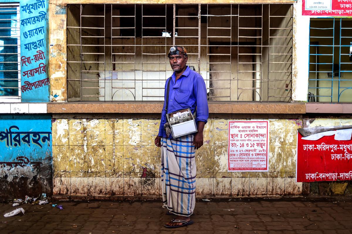 Mohammed Joynal bangladeshi fültisztító. A botlban kapható fültiszító pálcikák piacra kerülése csökkentette az igényt az utcai fültisztításraFotó: Munir Uz Zaman