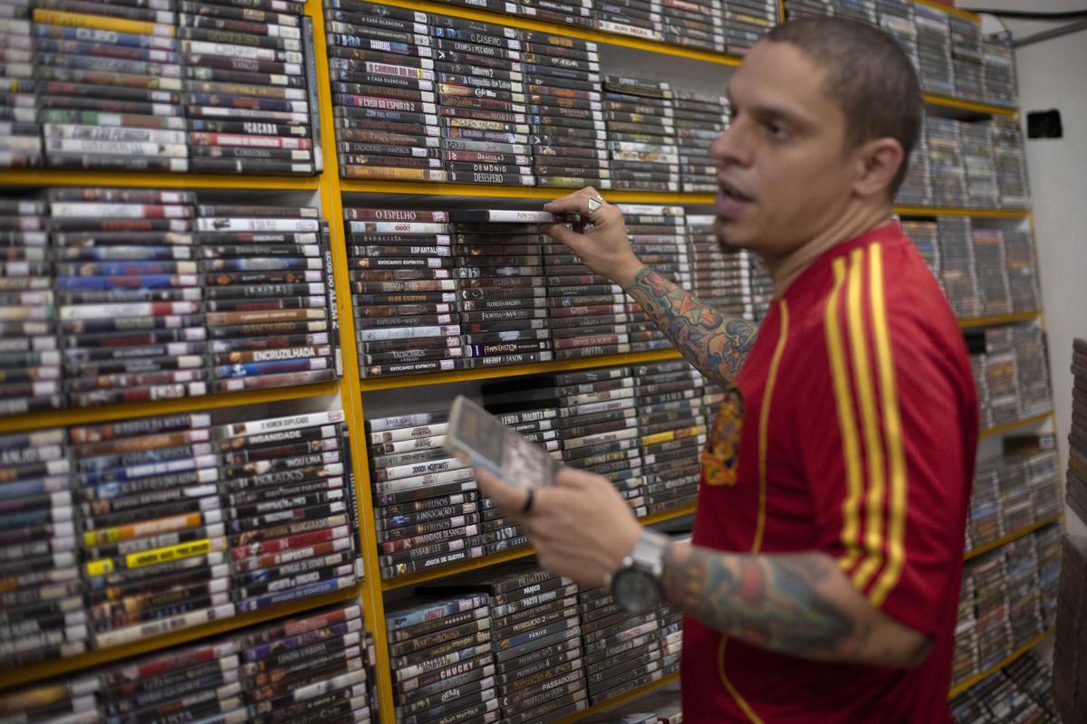 Mario Olavo Campanha egy dvd video kölcsönző boltot tart fent Rio De Janeiroban. A boltot Mario két éve vette meg mert felfigyelt rá, hogy szomszédságában az idősebbeknek akik nem tartanak lépést a technológiai újdonságokkal, van igénye a régebbi hordozókraFotó: Mauro Pimentel / AFP