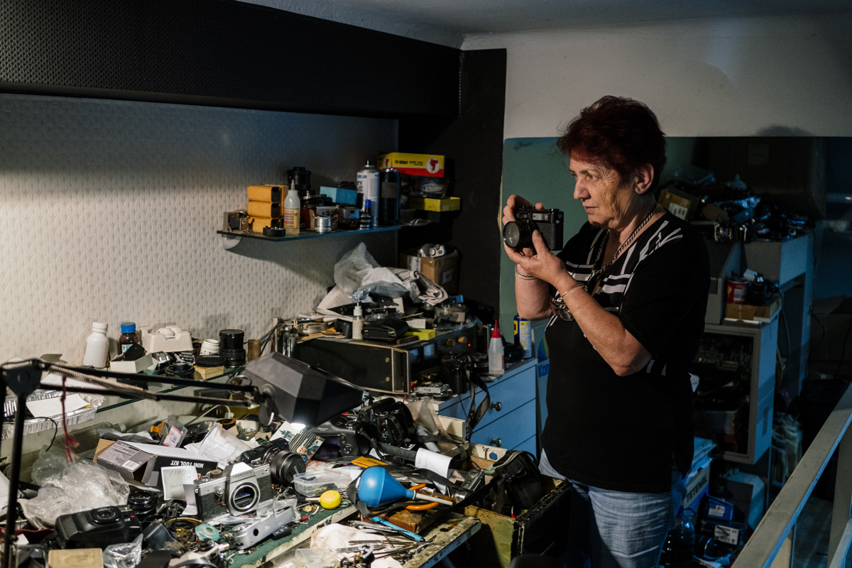 Vessela Dragonova fényképezőgép szerelő egy javított analóg fényképezőgéet tesztel műhelyében. Negyvennyolc éve foglalkozik fényképezőgép javítással Bulgáriában egyik utolsókéntFotó: Dimitar Dilkoff / AFP