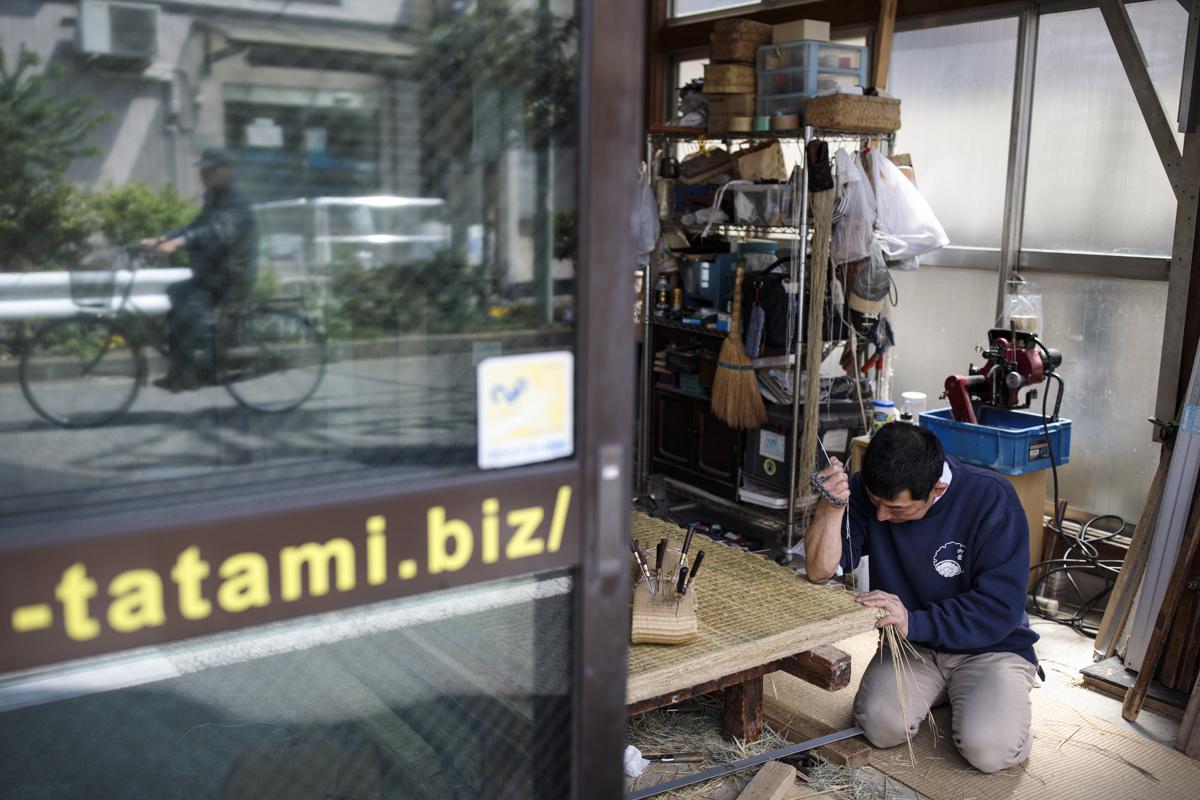 Hiroshi Yanai tatami készítő boltjában dolgozik Tókioban. Hiroshi műhelye azon kevés műhelyek egyike ahol még kézzel készítik a tatamikat Tokióban Fotó: Bherouz Mehri / AFP