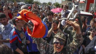 Jereván, 2018. május 2.Örmény ellenzéki tüntetők elzárják a jereváni repülőtérre vezető utak egyikét 2018. május 2-án, miután az előző napon a parlament rendkívüli ülésén nem választotta meg Nikol Pasinján örmény ellenzéki vezetőt miniszterelnökké. Pasinján a döntés miatt tömeges polgári engedetlenségi akciók indítására szólította fel híveit, akik számos utat elzártak a forgalom elől. (MTI/AP/Szergej Gric)