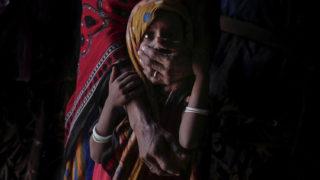 Abjan kormányzóság, 2018. május 3.A 2018. február 9-i képen egy alultáplált ötéves jemeni kislány áll anyja előtt az otthonukként szolgáló sátorban, Abjan déli kormányzóságban. Abjanban a lakosság főként állattartásból és datolyatermesztésből tartotta fenn magát a polgárháború kitörése előtt. A világ egyik legsúlyosabb humanitárius válsága sújtja a közel-keleti országot, ahol egyre súlyosbodik a kolerajárvány, a lakosság több mint 80 százaléka nem jut hozzá elegendő élelmiszerhez, ivóvízhez, illetve megfelelő egészségügyi ellátáshoz. (MTI/AP/Nariman el-Mofti)