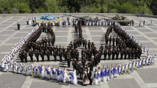 Kijev, 2018. május 4.Kadétok és diáklányok Ukrajna nemzeti jelképét, egy háromágú szogonyt formáznak a győzelem napi ünnepségen a kijevi második világháborús emlékműnél 2018. május 4-én. A náci Németország felett aratott II. világháborús győzelem 73. évfordulójáról május 9-én emlékeznek meg Ukrajnában és az egykori Szovjetunió több volt tagköztársaságában. (MTI/AP/Efrem Lukackij)