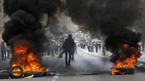 Betlehem, 2018. május 14.Palesztin tüntetők izraeli katonákkal csapnak össze a ciszjordániai Betlehemben 2018. május 14-én. Eddig 28 tüntetőt lőttek le izraeli katonák a Gázai övezet határán kirobbant összecsapásokban, a sebesültek száma ötszáz fölé emelkedett. Ezen a napon, Izrael Állam megalapításának 70. évfordulóján nyílik meg a Tel-Avivből Jeruzsálembe költöztetett amerikai nagykövetség, amivel az Egyesült Államok kifejezésre juttatja, hogy Jeruzsálemet ismeri el Izrael fővárosaként. (MTI/AP/Madzsdi Mohamed)