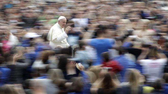 Vatikánváros, 2018. május 23.Ferenc pápa hetenkénti általános kihallgatására érkezik a vatikáni Szent Péter térre 2018. május 23-án. (MTI/AP/Alessandra Tarantino)