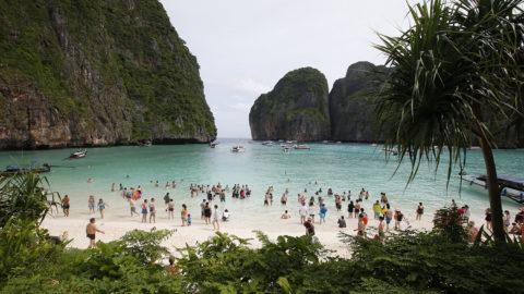 Phi Phi Leh, 2018. május 31.Turisták a thaiföldi Phi Phi Leh szigeten 2018. május 31-én. A Maya-öbölben fekvő népszerű turistaparadicsomot június 1-től várhatóan négy hónapra bezárják, hogy a korallzátonyok és a tengeri élővilág valamelyest magukhoz térjenek és fel tudjanak épülni a bő két évtizede tartó folyamatos támadásoktól és terhelésekből. (MTI/AP/Szakcsaj Lalit)