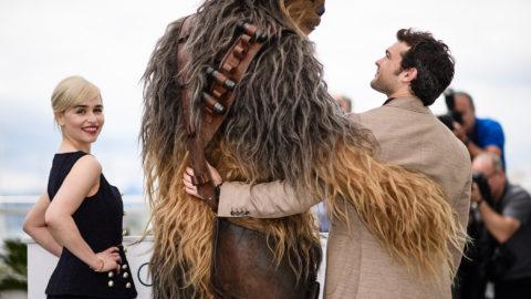Cannes, 2018. május 15.Alden Ehrenreich amerikai színész, Csubakka karaktere és Emilia Clarke brit színésznő (j-b) a Csillagok háborúja űreposz legújabb része, a Solo: Egy Star Wars-történet című filmjük bemutatója alkalmából tartott fotózáson a 71. Cannes-i Nemzetközi Filmfesztiválon 2018. május 15-én. (MTI/EPA/Franck Robichon)
