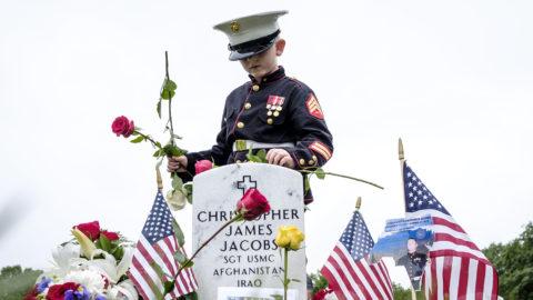 Arlington, 2018. május 29.Christian Jacobs hétéves, katonai egyenruhát viselő kisfiú virágot helyez el apja, Christopher Jacobs sírkövénél az arlingtoni Nemzeti Temetőben a Memorial Day, azaz a háborús hősök emléknapján, 2018. május 28-án. Az emléknapot május utolsó hétfőjén tartják az Egyesült Államokban. (MTI/EPA/Pete Marovich)