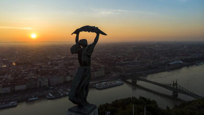 Budapest, 2018. május 30.Budapest napfelkeltekor 2018. május 28-án. Előtérben a Gellért-hegyi Szabadság-szobor, jobbról a Szabadság híd.MTI Fotó: Mohai Balázs