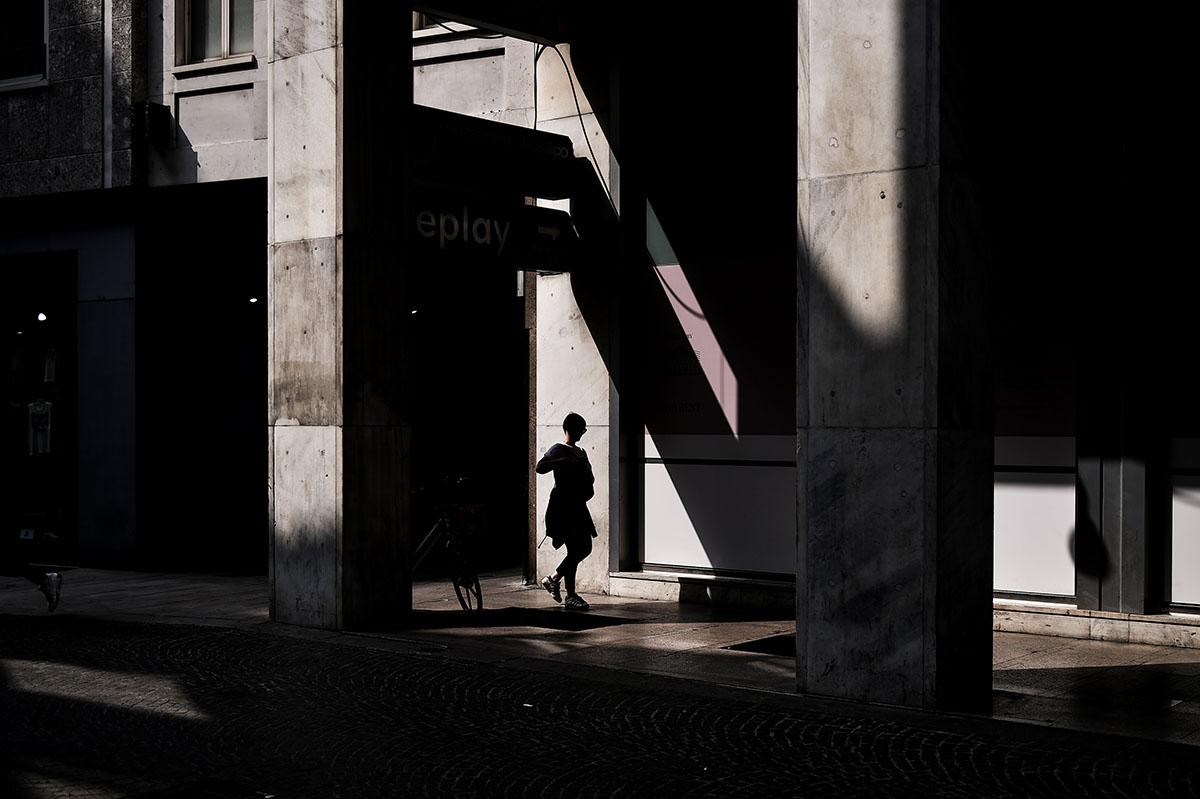 A woman walks in Corso Vittorio Emanuele on May 30, 2018 in Milan. / AFP PHOTO / MARCO BERTORELLO