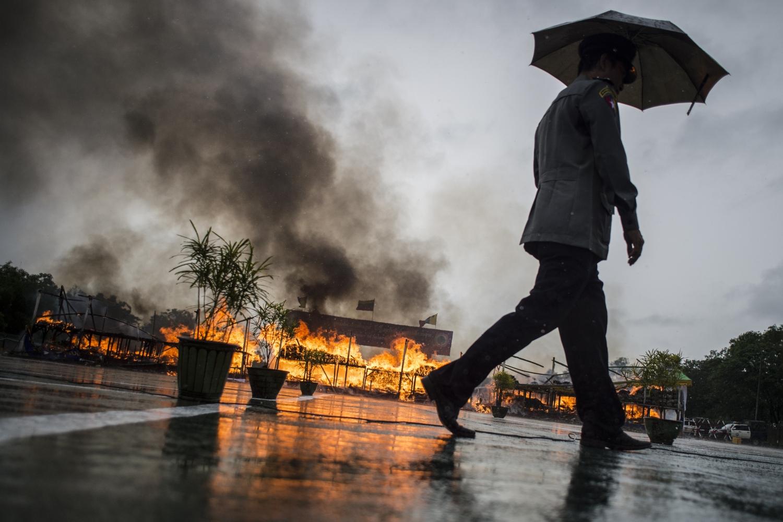 Mianmari rendőrök lefoglalt kábítószert égetnek el Rangunban 2018. június 26-án, a kábítószer-ellenes világnapon. A mianmari hatóságok több mint 184 millió amerikai dollár (kb. 51 milliárd Ft) értékű lefoglalt kábítószert semmisítenek meg.  / AFP PHOTO / Ye Aung THU