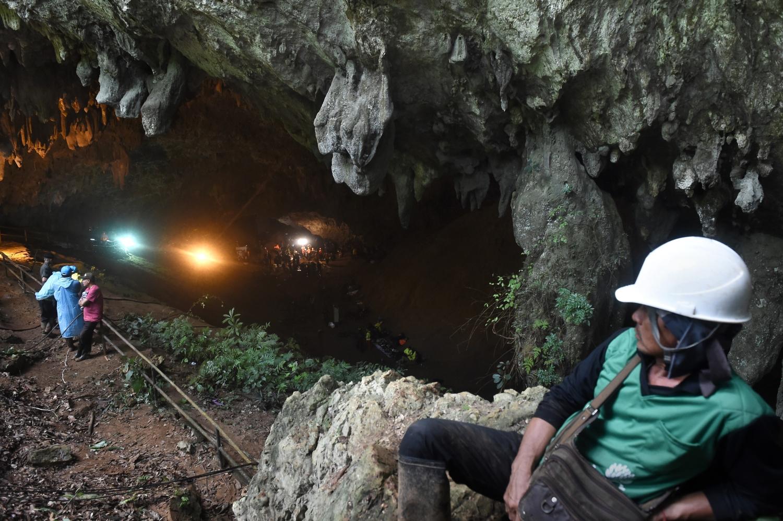 Thaiföldi katonák a Csiangraj tartománybeli Maeszainál levő Tham Luang barlangnál, amelyben egy edzőjével együtt eltűnt ifjúsági labdarúgócsapat tizenkét játékosa után kutatnak 2018. június 28-án. A tizenhárom embert a megemelkedő víz zárja el ötödik napja a külvilágtó/ AFP PHOTO / LILLIAN SUWANRUMPHA