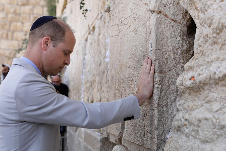 Vilmos cambridge-i herceg, Károly brit trónörökös idősebb fia a jeruzsálemi Siratófalnál 2018. június 28-án. Vilmos herceg háromnapos látogatáson tartózkodik Izraelben és a palesztin területeken. Ez az első alkalom, hogy a brit uralkodóház valamely tagja hivatalos látogatást tesz Izraelben a brit mandátum 1948-as vége és a zsidó állam 70 évvel ezelőtti megalakulása óta.  / AFP PHOTO / POOL / ABIR SULTAN