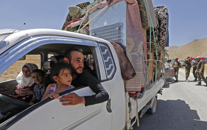 Szíriai menekültek hazaindulni készülnek a kelet-libanoni Arszal faluban lévő menekülttáborból 2018. június 28-án. A faluban mintegy 80 ezer szíriai talált menedékre, közülük most 472 kapott engedélyt a szíriai hatóságoktól, hogy hazatérjen a Damaszkusztól nyugatra fekvő al-Kalamun térségébe. / AFP PHOTO / LOUAI BESHARA