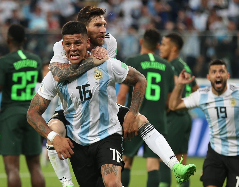 Az argentin Marcos Rojo (16) játékostársával, Lionel Messivel, miután berúgta csapata második gólját a Nigéria – Argentína mérkőzésen, az oroszországi labdarúgó-világbajnokság D csoportjának harmadik fordulójában Szentpéterváron 2018. június 26-án.Fotó: Cezaro De Luca/dpa