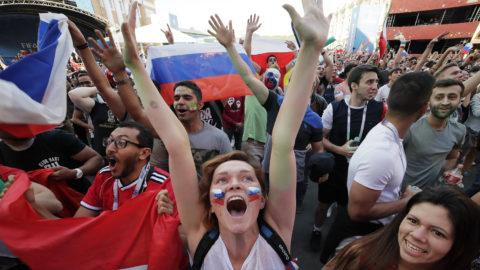 Szentpétervár, 2018. június 14.Orosz szurkolók ünnepelnek egy gól után a 2018-as oroszországi labdarúgó-világbajnokság Oroszország - Szaúd-Arábia nyitómérkőzésének közvetítése közben egy szentpétervári szurkolói zónában 2018. június 14-én. Az orosz válogatott 5-0-ra győzött. (MTI/AP/Dmitrij Loveckij)