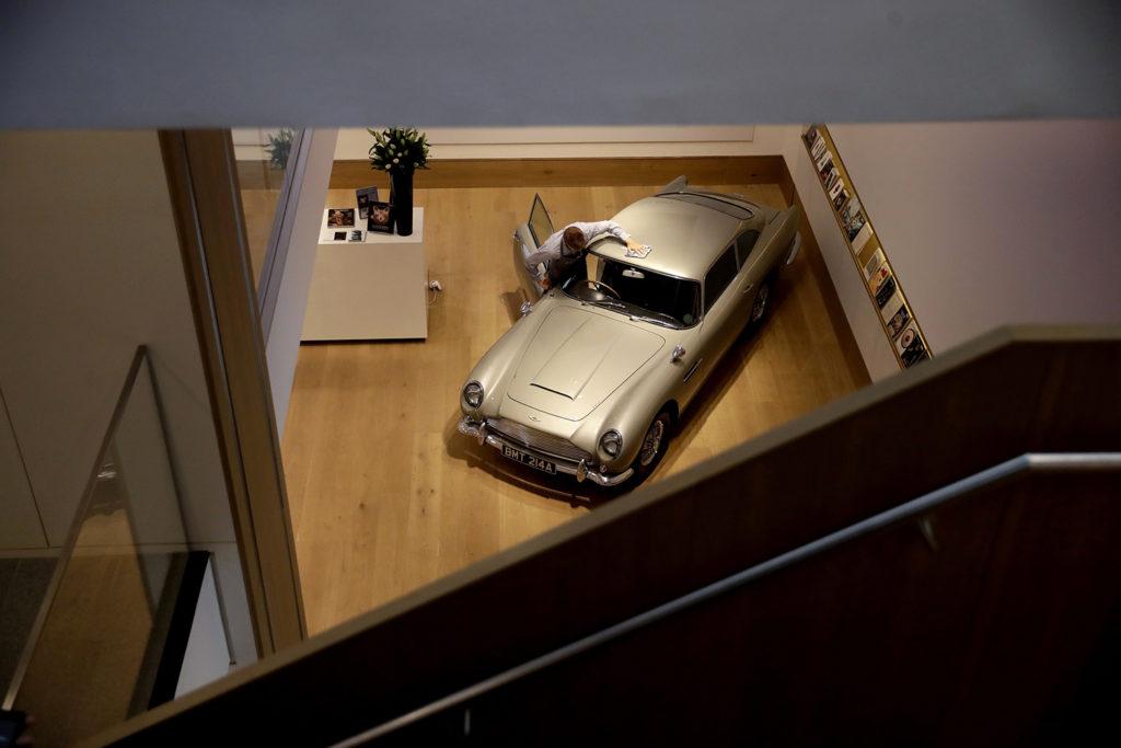 London, 2018. június 19.Az Aranyszem (GoldenEye) című 1995-ös James Bond-filmben szereplő 1965-ös Aston Martin DB5-ös a Bonhams aukciós ház londoni kiállítótermében 2018. június 19-én. A filmben a 007-es ügynököt alakító Pierce Brosnan által vezetett autó várhatóan 1,2-1,6 millió fontos (kb. 444,2-592,4 millió forintos) áron találhat gazdára a július 13-i árverésen. (MTI/AP/Matt Dunham)