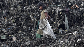 Gauháti, 2018. június 4.Újrahasznosítható anyagokat gyűjt egy indiai lány egy hulladéktelepen, az Asszám állambeli Gauhátiban 2018. június 4-én, a környezetvédelmi világnap előtti napon. Idén India ad otthont a világnap központi rendezvényeinek, amelynek kiemelt témája a műanyaghulladék-gazdálkodás. (MTI/EPA)