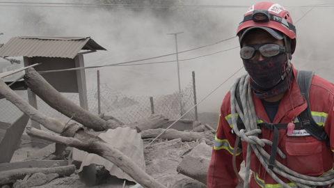 El Rodeo, 2018. június 6.Mentőalakulatok tagjai túlélők után kutatnak a Fuego tűzhányó által vulkáni hamuval beterített dél-guatemalai El Rodeo környékén 2018. június 5-én. A nagy erővel kitörő Fuego 16 órán keresztül lövellt sűrű fekete füstöt mintegy 10 kilométeres magasságba, és hamuval terítette be a környékbeli területeket. A két nappal ezelőtt bekövetkezett természeti katasztrófa legkevesebb 70 áldozatot követelt. (MTI/EPA/Rodrigo Pardo)