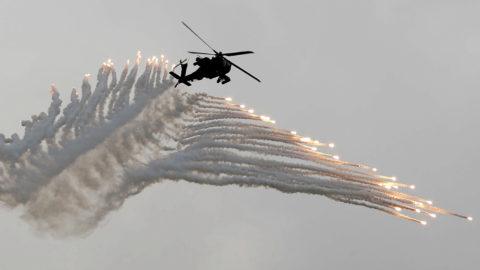 Tajcsung, 2018. június 7.Gyújtófáklyákkal tüzel egy AH-64 Apache típusú katonai helkopter a 34. alkalommal tartott évenkénti Kínai Dicsőség (Han Kuang) fedőnevű tajvani hadgyakorlaton Taicsung városnál 2018. június 7-én. (EPA/Ritchie B. Tongo)
