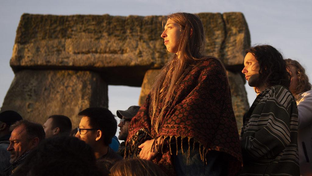 Salisbury, 2018. június 21.A nyári napfordulót és a leghosszabb nappalt ünneplik az emberek a világörökség részét képező, Londontól mintegy 140 kilométerre délnyugatra fekvő, kör alakban elhelyezkedő Stonehenge-köveknél 2018. június 21-én, hajnalban. (MTI/EPA/Will Oliver)