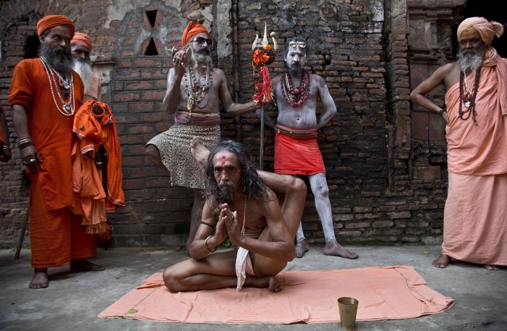 Gauháti, 2018. június 21. Jógagyakorlatot mutat be egy indiai szádhu, vagyis hindu szent ember az Asszám állambeli Gauháti Kamakhja templomában a jóga 4. világnapján, 2018. június 21-én. Az ENSZ indiai kezdeményezésre 2014-ben döntött a nemzetközi jóganap megrendezésérõl az õsi indiai test-, légzõ- és meditációs gyakorlatok népszerûsítése céljából. (MTI/EPA)
