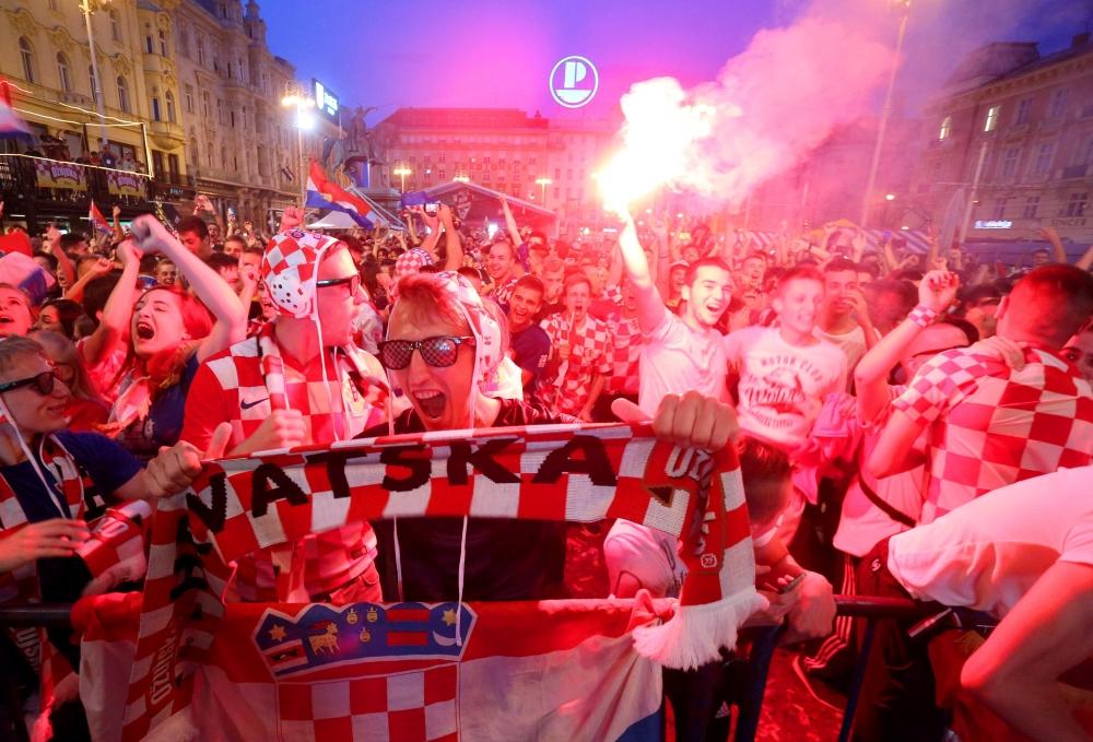 Nyizsnij Novgorod, 2018. június 21. Horvát szurkolók ünnepelnek Zágrábban, miután csapatuk 3-0-ra gyõzött a Horvátország – Argentína mérkõzésen, az oroszországi labdarúgó-világbajnokság D csoportjának második fordulójában Nyizsnij Novgorodban 2018. június 21-én. (MTI/EPA/Daniel Kasap)
