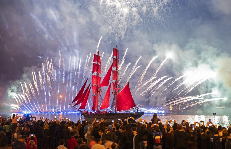 Szentpétervár, 2018. június 24. Tûzijátékkal köszöntik a vörös vitorlákkal a Néva folyón haladó kétárbócos hajót Szentpéterváron 2018. június 24-én. A skarlátvörös vitorlás megjelenésével a tanév végét ünneplik az orosz városban. Oroszországban ezen a héten fejezõdik be az oktatás az általános iskolákban és a középfokú tanintézményekben, valamint a katonai akadémiákon. (MTI/EPA/Tolga Bozoglu)