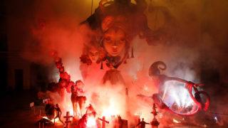 Alicante, 2018. június 25.Fából és papírmaséból készített szobrokat emészt fel máglyatűz a Szent Iván-éji ünnepségen a kelet-spanyolországi Alicantében 2018. június 24-én. A csillagászati nyár kezdetét jelölő nyári napforduló utáni harmadik nap estéjén hagyományosan énekléssel, tánccal és tűzugrással űzik el a sötétséget, és köszöntik a nyárral érkező megújulást. (MTI/EPA/Manuel Lorenzo)