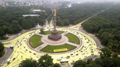 Berlin, 2018. június 26.A Greenpeace környezetvédő szervezet felvételén sárga festék borítja a berlini Győzelmi oszlop körforgalmának burkolatát 2018. június 26-án. A festéket a Greenpeace aktivistái terítették el az aszfalton, hogy a felülnézetből így napszimbólumnak látszó térrel hívják fel a figyelmet a napenergia elterjedtebb használatára a fosszilis energiahordozókkal szemben. Az akciót a németországi lignitbányászat jövőjéről döntő illetékes bizottság ülésének napján tartották. (MTI/EPA/Greenpeace)