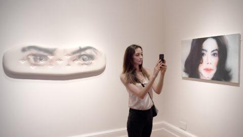 London, 2018. június 27.Felvételt készít mobiltelefonnal egy nő a Michael Jackson – On the Wall címmel nyíló kiállítás sajtónapján, 2018. június 27-én a londoni Nemzeti Arcképtárban. A legendás amerikai dalszerző-énekesnek a kortárs művészetre gyakorolt hatását fejtegető időszaki tárlat június 28. és október 21. között látható. (MTI/EPA/Neil Hall)