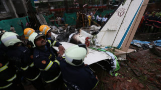Mumbai, 2018. június 28.Mentőalakulatok tagjai dolgoznak annak a balesetnek a helyszínén, ahol egy repülőgép egy építkezés területére zuhant Mumbaiban 2018. júnis 28-án. A balesetben legkevesebb öt ember életét vesztette. (MTI/EPA/Divjakant Szolanki)