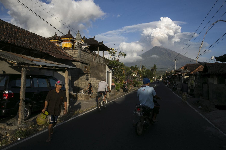 Amed, 2018. június 29. Hamut lövell az Agung tûzhányó az indonéziai Bali szigetén, a Karangasem kormányzóságbeli Amed faluból fényképezve 2018. június 29-én. A vulkán fokozódó tevékenysége miatt bezárt a bali nemzetközi repülõtér, mert a 3031 méteres tûzhányóból a harmadik napja 2500 méter magasságra tör fel hamu, amely eltömíti a repülõgépek hajtómûveit. (MTI/EPA/Made Nagi)