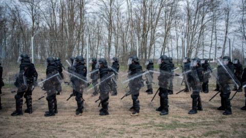 Védőfelszerelésbe öltözött katonák a Cooperative Effort 2018 nevű válságkezelési gyakorlat sajtónyilvános napján Kelebia közelében 2018. március 22-én.