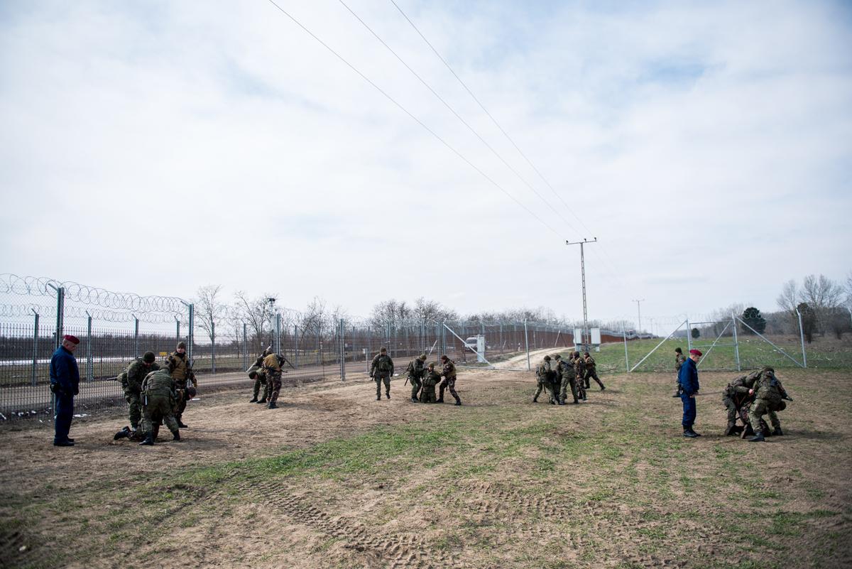 Magyar katonák és rendőrök és szlovák katonák elfogást gyakrolnak a Cooperative Effort 2018 nevű válságkezelési gyakorlat sajtónyilvános napján Kelebia közelében 2018. március 22-én.