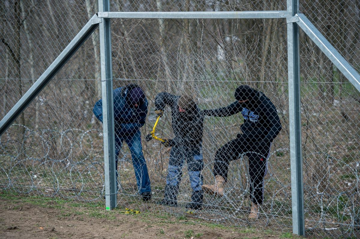 Illegális határátlépőknek öltözött katonák vágnak át egy gyakorlási célból épített biztonsági határzárat a Cooperative Effort 2018 nevű válságkezelési gyakorlat sajtónyilvános napján Kelebia közelében 2018. március 22-én.