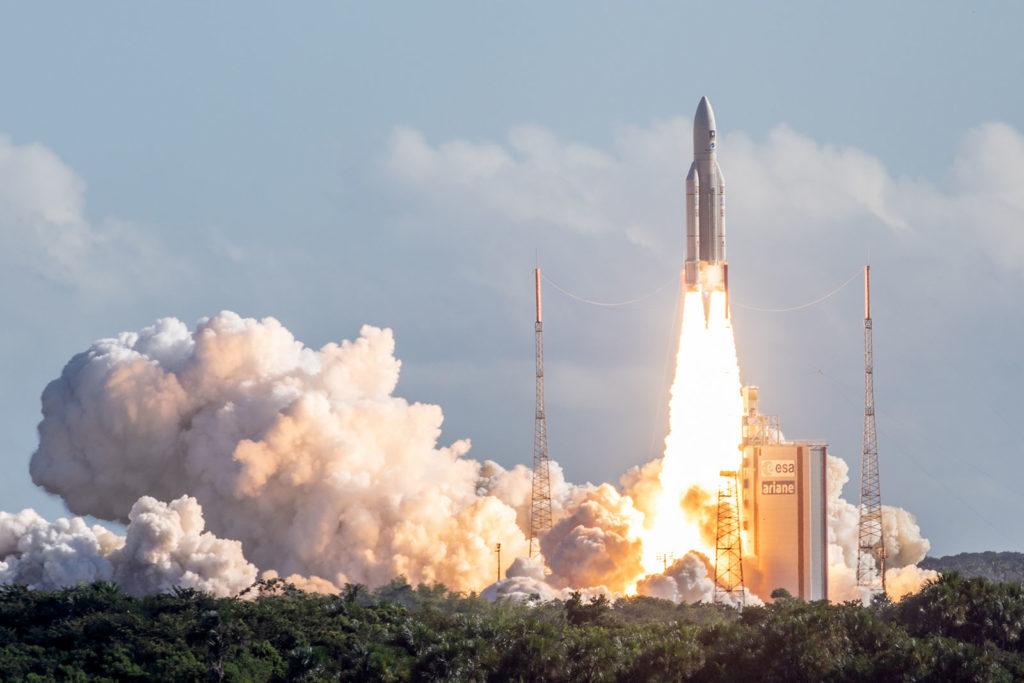 Az Arine 5 rakéta, fedélzetén négy Galileo műholdal, startol az Európai Űrközpont kilövő állomásán. Fotó: AFP