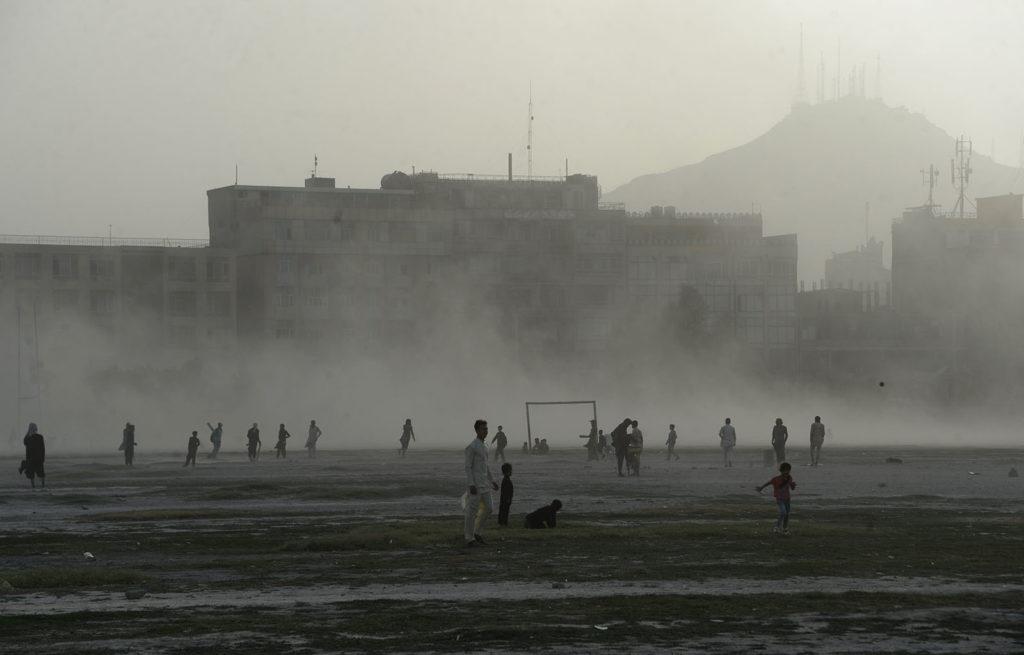 Afgán fiatalok játszanak Kabulban. Fotó: AFP / Noorullah Shirzada