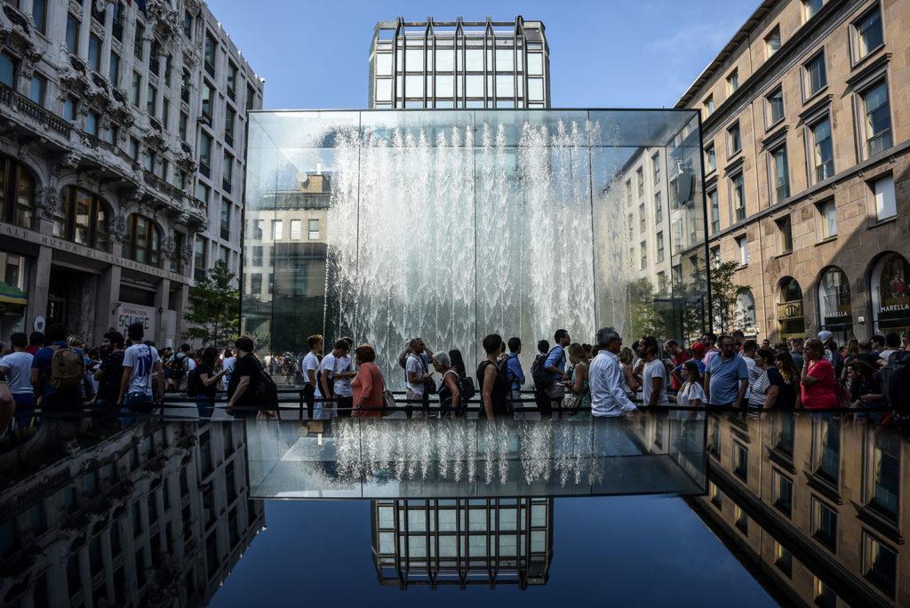 Emberek a milánóban újonnan nyít Apple Store előtt. AFP PHOTO / Piero CRUCIATTI