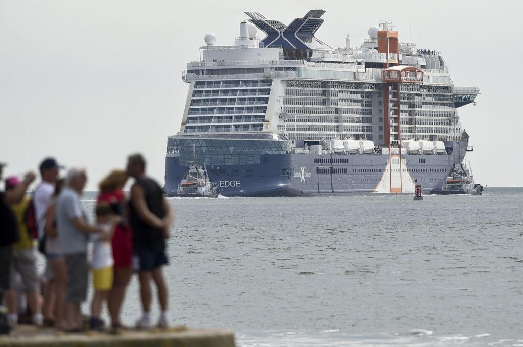 """Az amerikai Celebrity Cruse turisztikai hajótársaság járata a """"Celebrity Edge"""" próbaútjára indul Saint-Nazaire kikötőjéből, Nyugat-Franciaországból. Fotó: AFP / Sebastien Salom Gomis"""